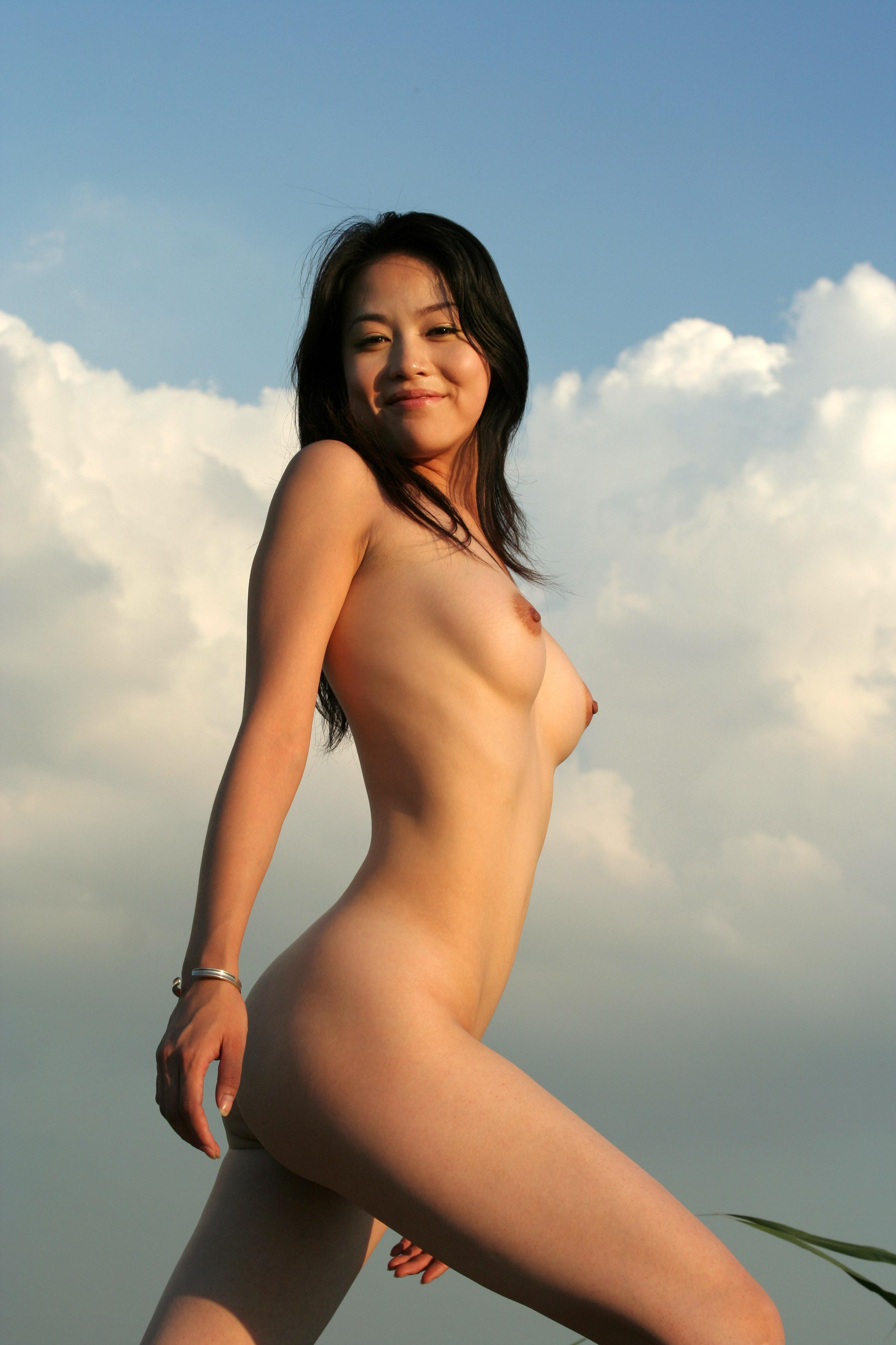 Фото азиаток на корточках 22 фотография