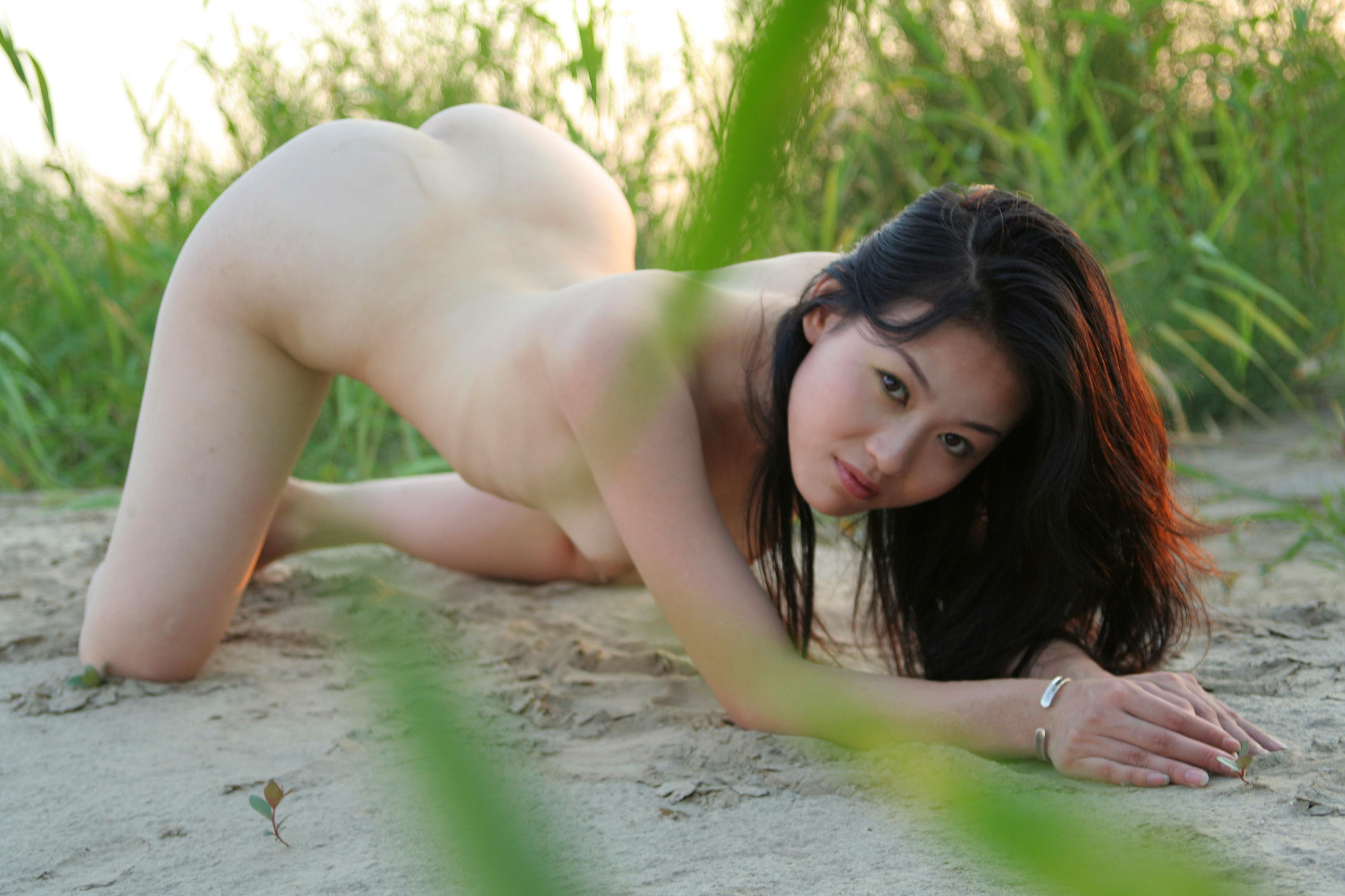 Фото азиаток на корточках 3 фотография